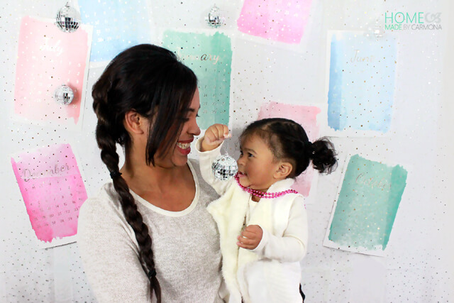 diy-new-year-photo-backdrop-mother-and-daughter