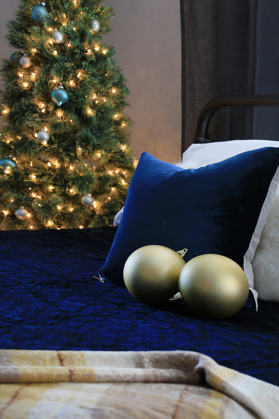 Bed-pillow-christmas-tree-in-background