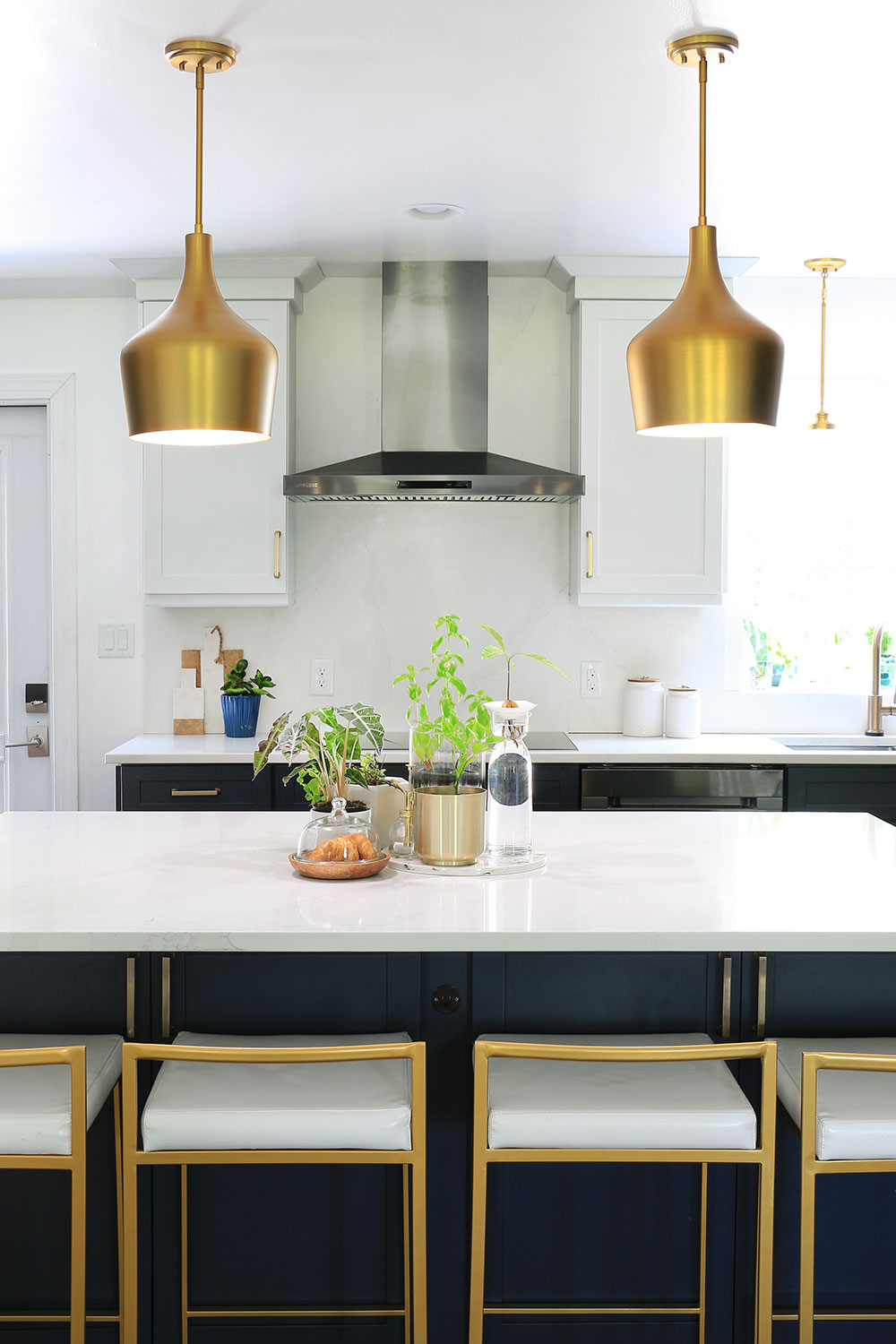 Kitchen-with-gold-pendant-lights