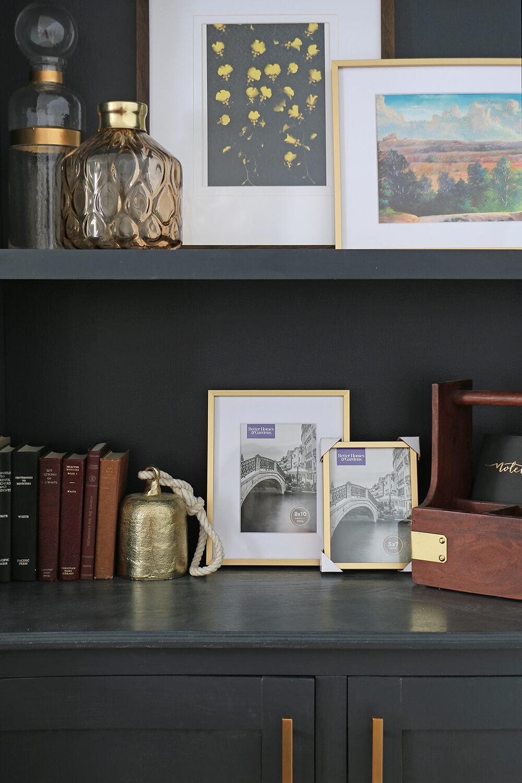 Picture-frames-in-a-bookshelf