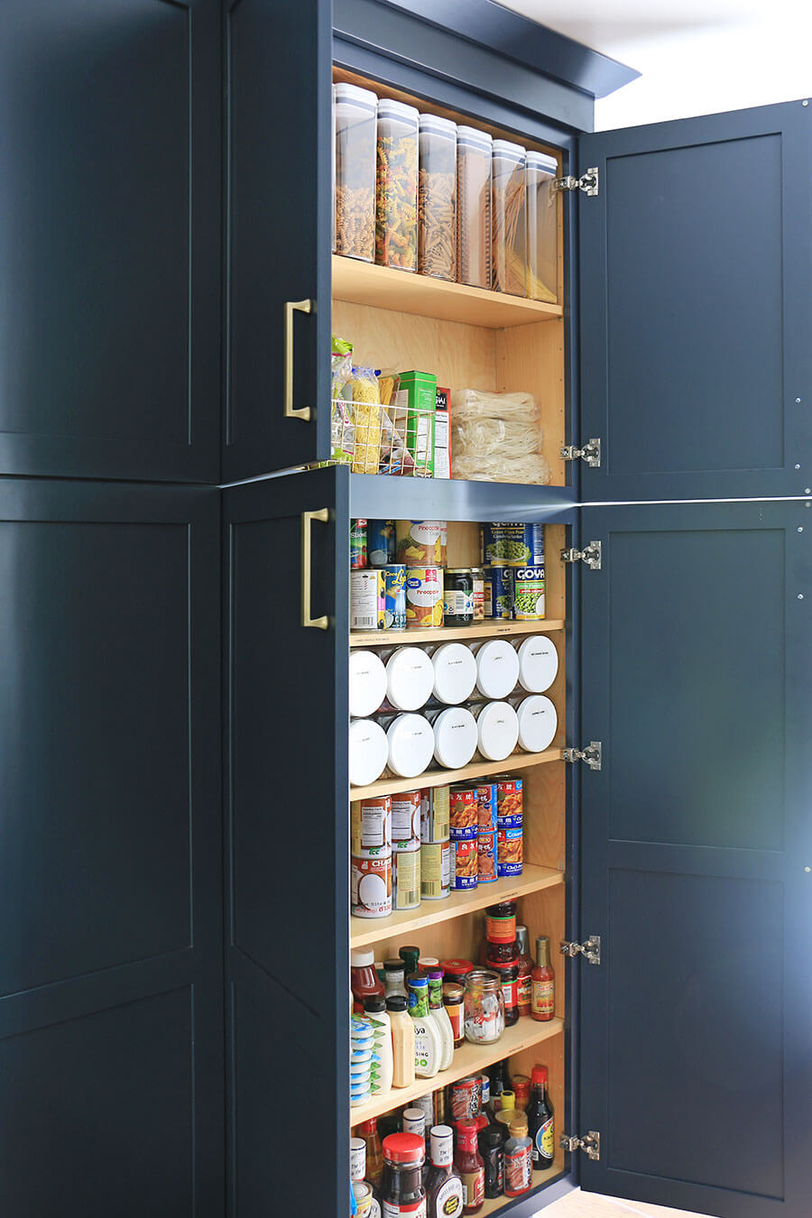 Pantry-with-organized-cans-and-containers