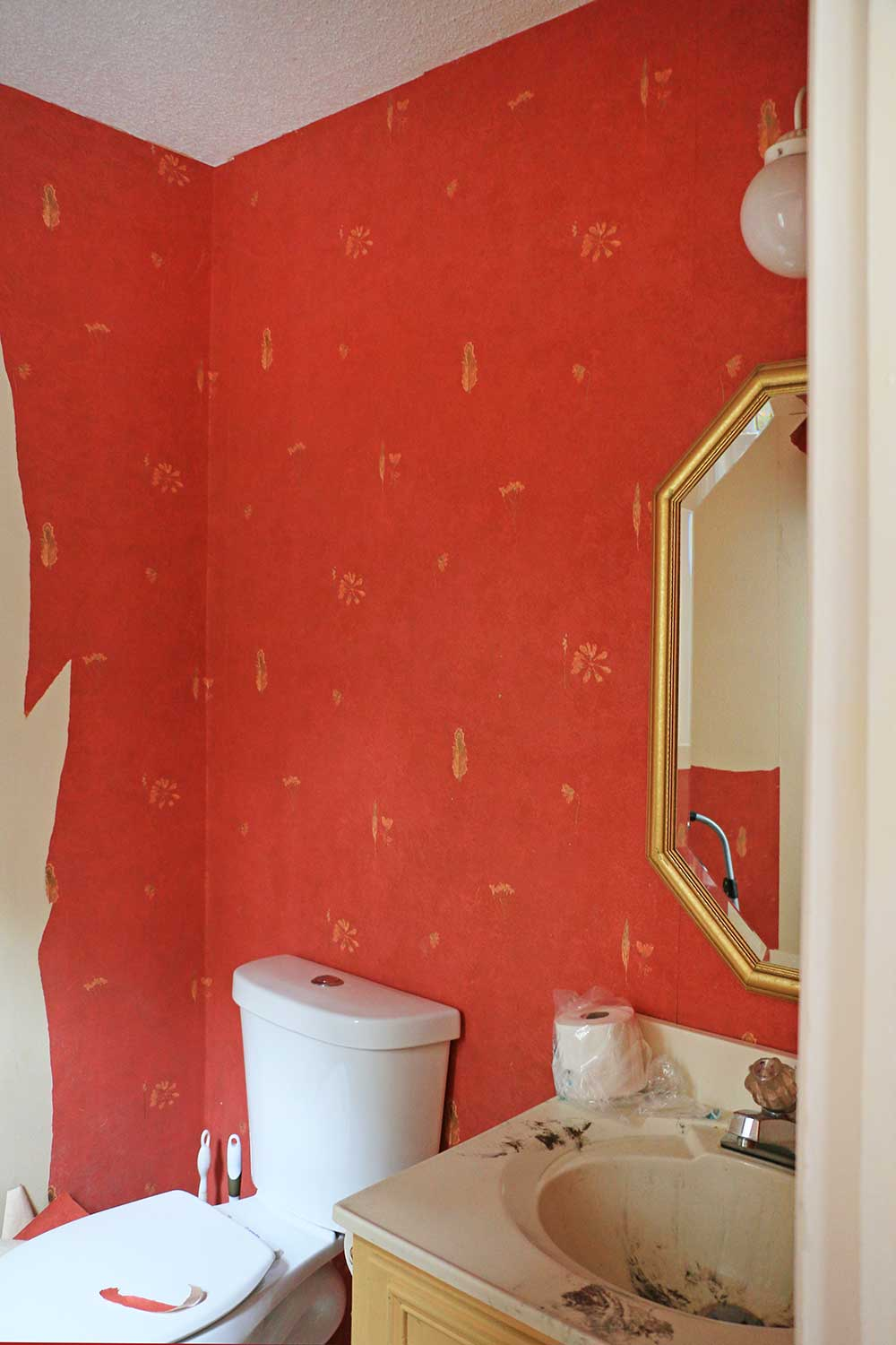 Red-wall-paper-in-a-bathroom